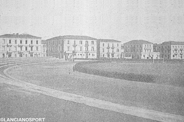 Il campo all'interno dell'ippodromo e gli spalti appena costruiti in una foto del 1927