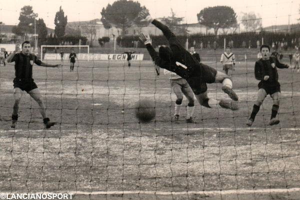 Enrico Esposito segna un gol alla Pista nella stagione 1968-69