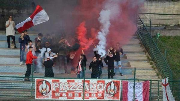 Tifosi piazzanesi sugli spalti di Montemarcone (foto dalla pagina Fb Ultras Warriors Piazzano 2013)