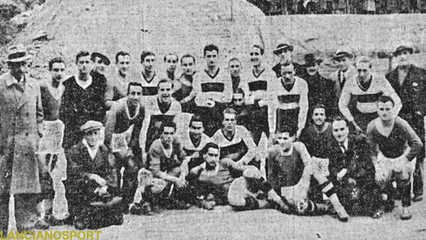 I giocatori di Simaz Popoli e Liguria posano insieme in occasione della partita di Coppa Italia giocata nel giorno di Natale del 1938