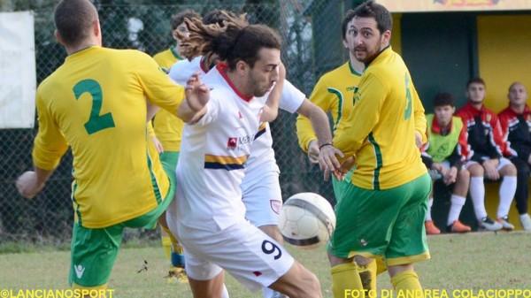 Franco Di Odoardo accerchiato dai difensori gialloverdi