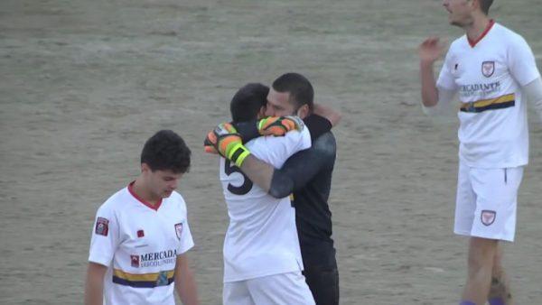 L'abbraccio tra Cianfarra e Veleno dopo il gol del portiere a Guastameroli