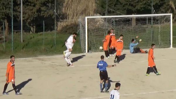Aielli e Ruffilli festeggiano un gol al campo di Colle della Fonte