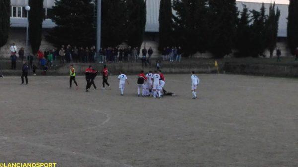 Veleno sommerso dai compagni di squadra dopo il gol del 4-4