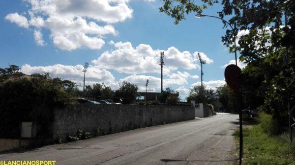 """L'illuminazione dello stadio Biondi che """"spunta"""" da via Belvedere"""