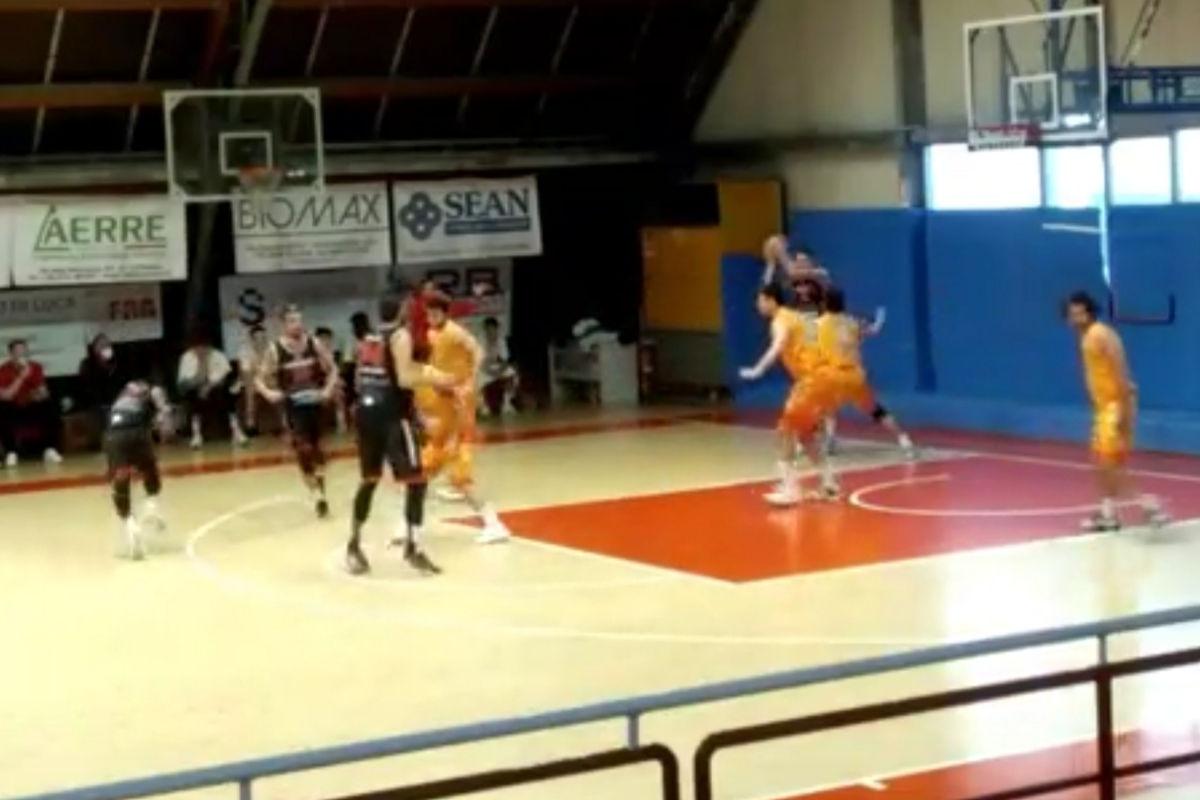 L'Unibasket scivola sull'ultimo quarto: rossoneri ko a Pesaro